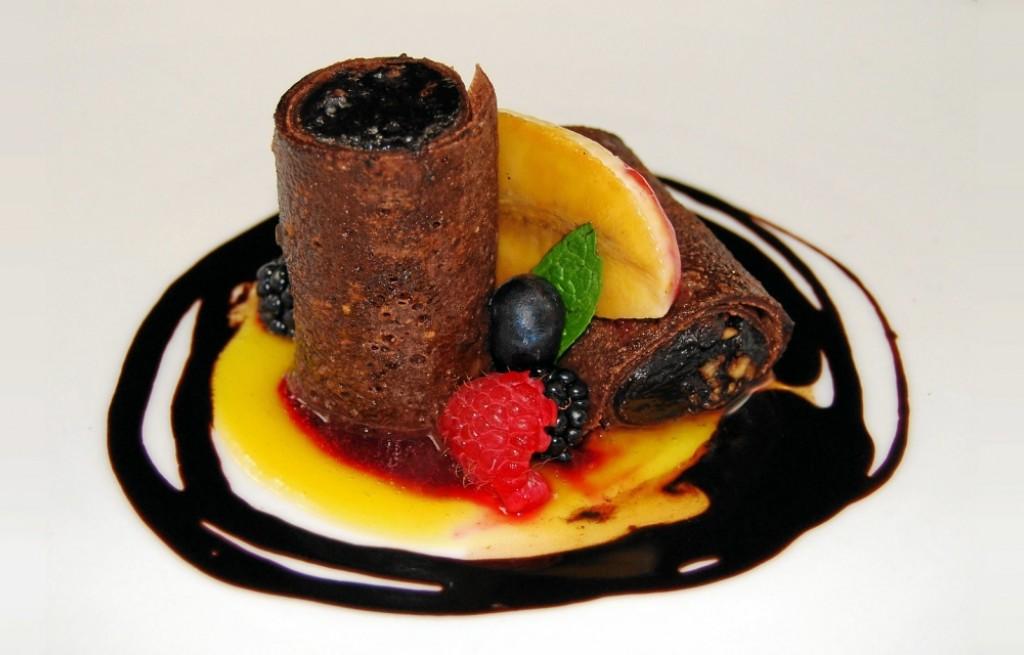 Naleśniki czekoladowe z orzechami, rodzynkami i owocami