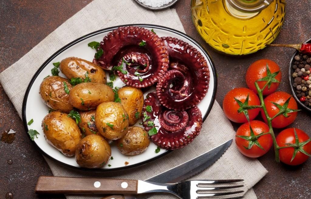 Ośmiornica z grilla z ziemniakami i pomidorami